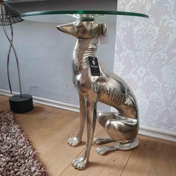 Hund als Beistelltisch